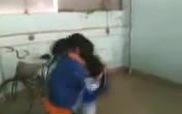 Nữ sinh đánh nhau dữ dội trong nhà gửi xe