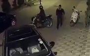 Trung Quốc: Trộm táo tợn đập gương cướp bất chấp chủ xe có mặt