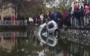 Vớt ôtô chìm giữa hồ ngày Hà Nội rét kỷ lục