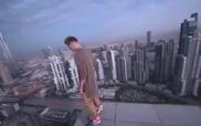 """""""Trêu ngươi tử thần"""": Chơi Hoverboard trên mép toà nhà cao ốc"""