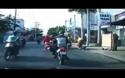 Chạy xe máy vượt ẩu, cô gái ngã úp mặt xuống đường