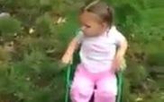 """Bức xúc với clip bố mẹ bắt bé 2 tuổi chơi """"Bucket Challenge"""""""