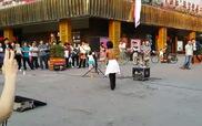 """""""Nổi da gà"""" với tiếng hát của nghệ sĩ đường phố ở Quảng Châu"""