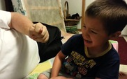 Cậu nhóc khóc thét vì nghĩ bị mất tai