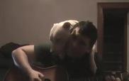 Cún yêu quấn quít cùng chủ đàn hát Guitar