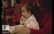 Em bé say sưa bốc đồ ăn từ... tạp chí