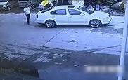 Cậu bé may mắn sống sót dù bị ôtô đâm thẳng vào người