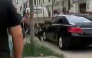 Thanh niên dùng tay đập vỡ của kính, lôi bạn gái ra để đòi ô-tô