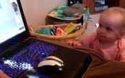 Bé chỉ muốn xem máy tính của bố thôi mà