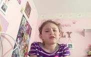 """Bé gái hát """"Let me poop"""" gây bão với 4 triệu lượt xem"""