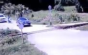 Cố vượt đường ray, ô-tô con bị tàu hỏa đâm ngang sườn