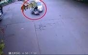 Cô gái sống sót thần kỳ khi bị cuốn vào gầm ô-tô