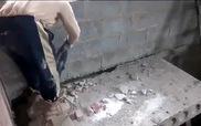 """Thợ sửa nhà """"hồn nhiên"""" nhất thế giới"""