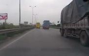 Rụng tim cảnh bánh xe ô-tô khách rơi ra trên đường cao tốc
