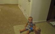 2 bé sinh đôi chỉ chờ hiệu lệnh của bố mẹ để đi ngủ