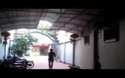 Thanh niên cầm ghế truy đuổi kẻ trộm xe đạp điện