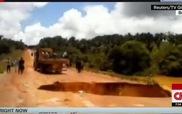 """""""Hố tử thần"""" nuốt chửng xe bus, cuốn ra sông ở Brazil trong tích tắc"""