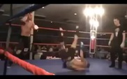Cú đá hụt khiến đấu sĩ tự Knock-out chính mình