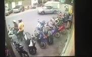 Hai thanh niên trộm xe tay ga trước cửa hàng trong tích tắc