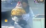 Pha giằng co gay cấn giữa cảnh sát và người mẹ ôm con đòi tự tử
