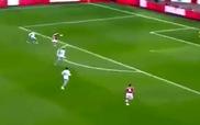 """Ngày mà """"Lord"""" Bendtner thật """"từ bi"""" với đối thủ"""
