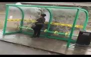 Ôtô chạy qua vũng nước té ướt người đẹp chờ xe buýt