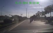 Đi ngược chiều, 2 xe máy va chạm khiến ô-tô giật mình thắng gấp