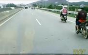 Xe máy húc văng bò chạy trên quốc lộ