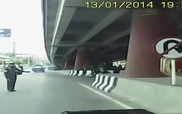 Cảnh sát đạp ngã người đi xe máy vì bỏ chạy