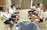 Các cầu thủ Manchester United nhắng nhít trong trò chuyền bóng bằng đầu