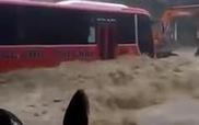 Xe khách oằn mình chịu dòng lũ kinh hoàng tại Quảng Ninh