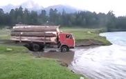 Xe chở gỗ liều mạng qua sông bất chấp nước chảy siết