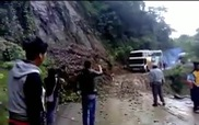 Xe khách rơi xuống vực khi cố vượt qua đường hẹp