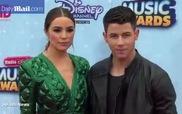 Nick Jonas tự hào khoe bạn gái cực xinh trên thảm đỏ