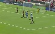 Balotelli bị đuổi khỏi sân vì mê biểu diễn
