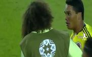 """Neymar vừa bị đánh, vừa phải nhận thẻ đỏ vì thói """"chơi bẩn"""""""