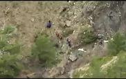 Mảnh vỡ và thi thể nạn nhân nằm la liệt tại hiện trường máy bay rơi