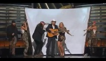 "CMA Awards 2013: Brad Paisley và Carrie Underwood thể hiện ""Duck Line"" (nhái ""Blurred Lines)"