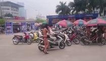 Cô gái mặc bikini đón khách tại siêu thị