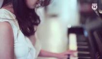 Trương Minh Xuân Thảo bên cây đàn piano