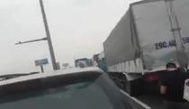 Cao tốc tắc hơn 10km, tài xế bỏ xe ra ngoài nói chuyện