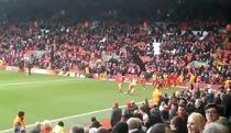 CĐV Liverpool vẫy cờ đen phản đối đội nhà