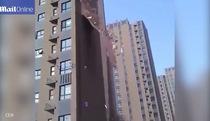 Trung Quốc: Chất lượng xây dựng kém, tòa nhà cao tầng bị gió thổi bay tường