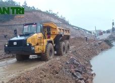 """Quảng Ninh: Chân """"núi nhân tạo"""" đang được khẩn trương gia cố"""
