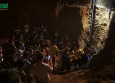 Khoảnh khắc vỡ òa trong cuộc giải cứu bé gái 7 tuổi kẹt gần 10 giờ dưới lòng đất