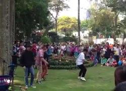 """6 thanh niên nhảy """"Con bướm xuân"""" khuấy động công viên Sài Gòn"""