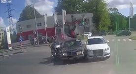 Hạ cánh an toàn sau một vụ tai nạn xe