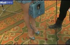 Jennifer Lopez sành điệu với váy họa tiết da rắn màu xanh