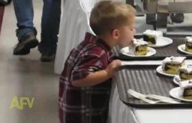 Cậu nhóc ăn trộm bánh kem trên bàn tiệc