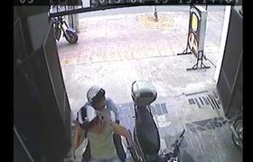 Vờ mua bánh ngọt, bẻ khóa trộm xe máy